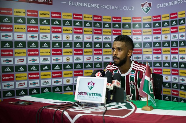 Com sorriso dourado, zagueiro Renato Chaves é apresentado pelo Fluminense
