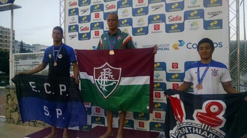 Ícaro Pereira com a medalha de ouro dos 400m medley.